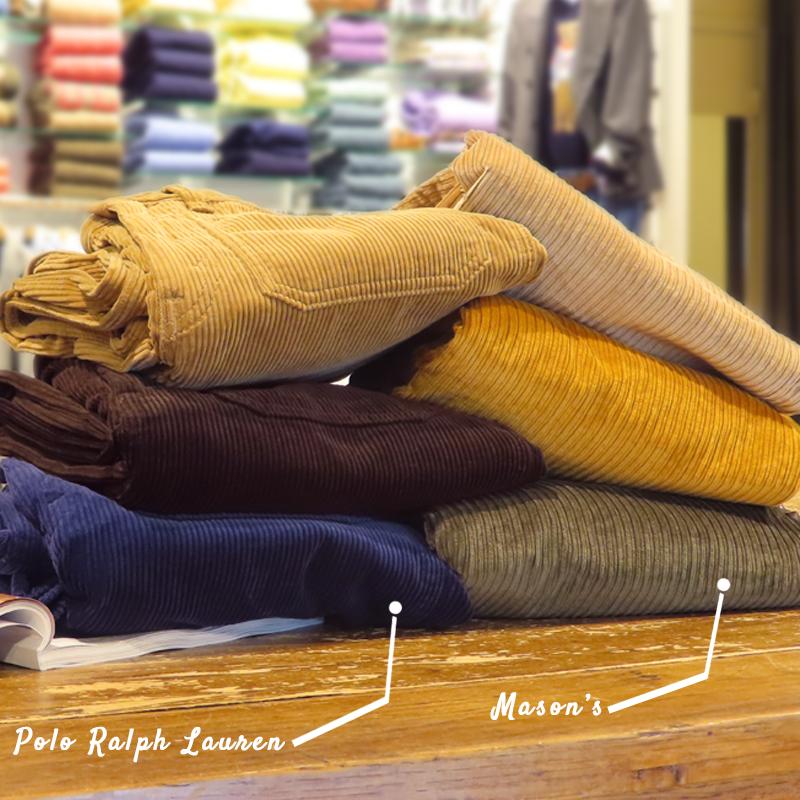 Différentes couleurs de pantalons en velours côtelé